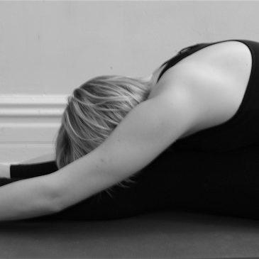 Nugaros ir kojų tempimas (paschimottanasana)